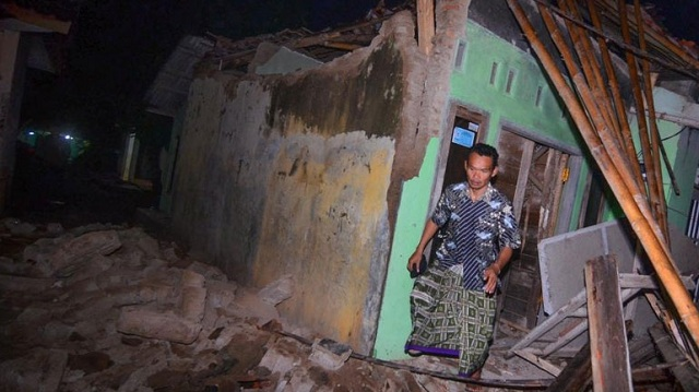 Ινδονησία: Δύο νεκροί από σεισμό 6,5R. Περισσότερα από 100 κτήρια κατέρρευσαν