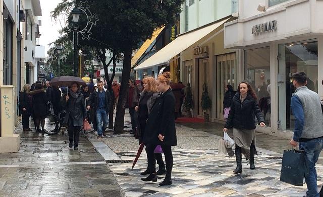 Αυλαία εορταστικού ωραρίου στην αγορά με βροχή και συμβολικούς αποκλεισμούς f488cb58b45