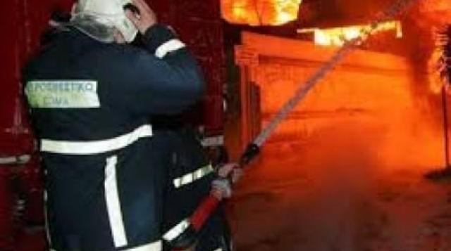Απεγκλωβισμός ατόμου από σπίτι στη Γκλαβάνη που έπιασε φωτιά