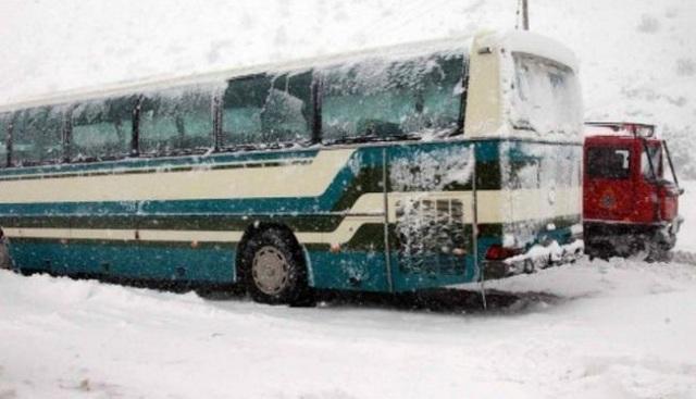 Ακινητοποιήθηκε από το χιόνι λεωφορείο του ΚΤΕΛ στον Αλμυρό