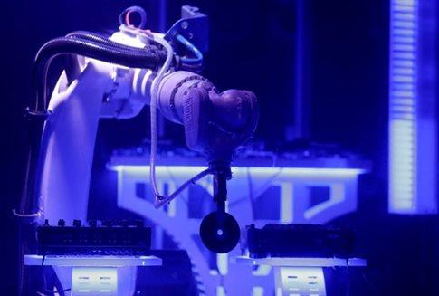 Ρομπότ σε ρόλο Dj στην Πράγα [Bίντεο]