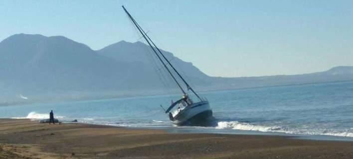 Ιστιοφόρο-«φάντασμα» υπό σημαία ΗΠΑ προσάραξε σε παραλία της Κυπαρισσίας