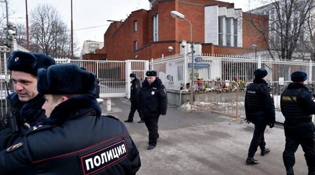 Ένοπλος σκότωσε έναν άντρα και κρατά ομήρους σε εργοστάσιο στη Μόσχα