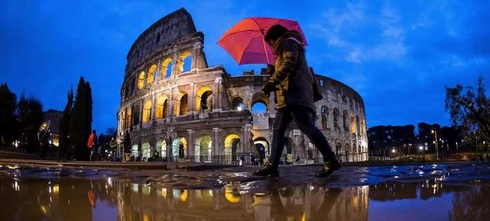 Σφοδρή κακοκαιρία πλήττει την Ιταλία. Πλημμύρισαν οι δρόμοι έξω από το Κολοσσαίο [εικόνες]