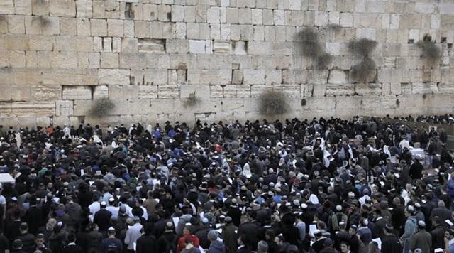 Εκατοντάδες πιστοί προσεύχονται στο «Τείχος των Δακρύων» στο Ισραήλ για να βρέξει
