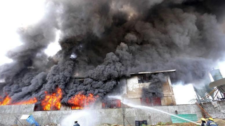 Μεγάλη φωτιά σε εργοστάσιο στην περιοχή της Σίνδου