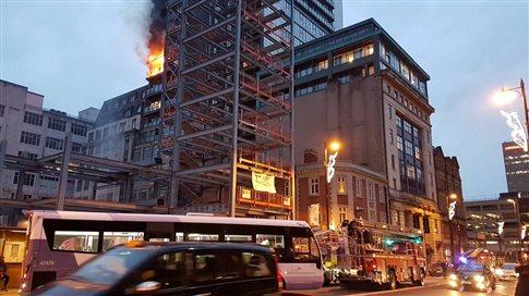 Μάντσεστερ: Πυρκαγιά σε 12ώροφη πολυκατοικία [Βίντεο]