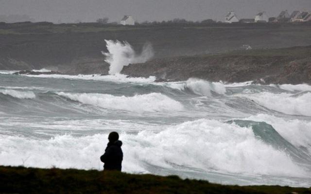 Χωρίς ρεύμα 200.000 νοικοκυριά στη Γαλλία λόγω της καταιγίδας Eleanor
