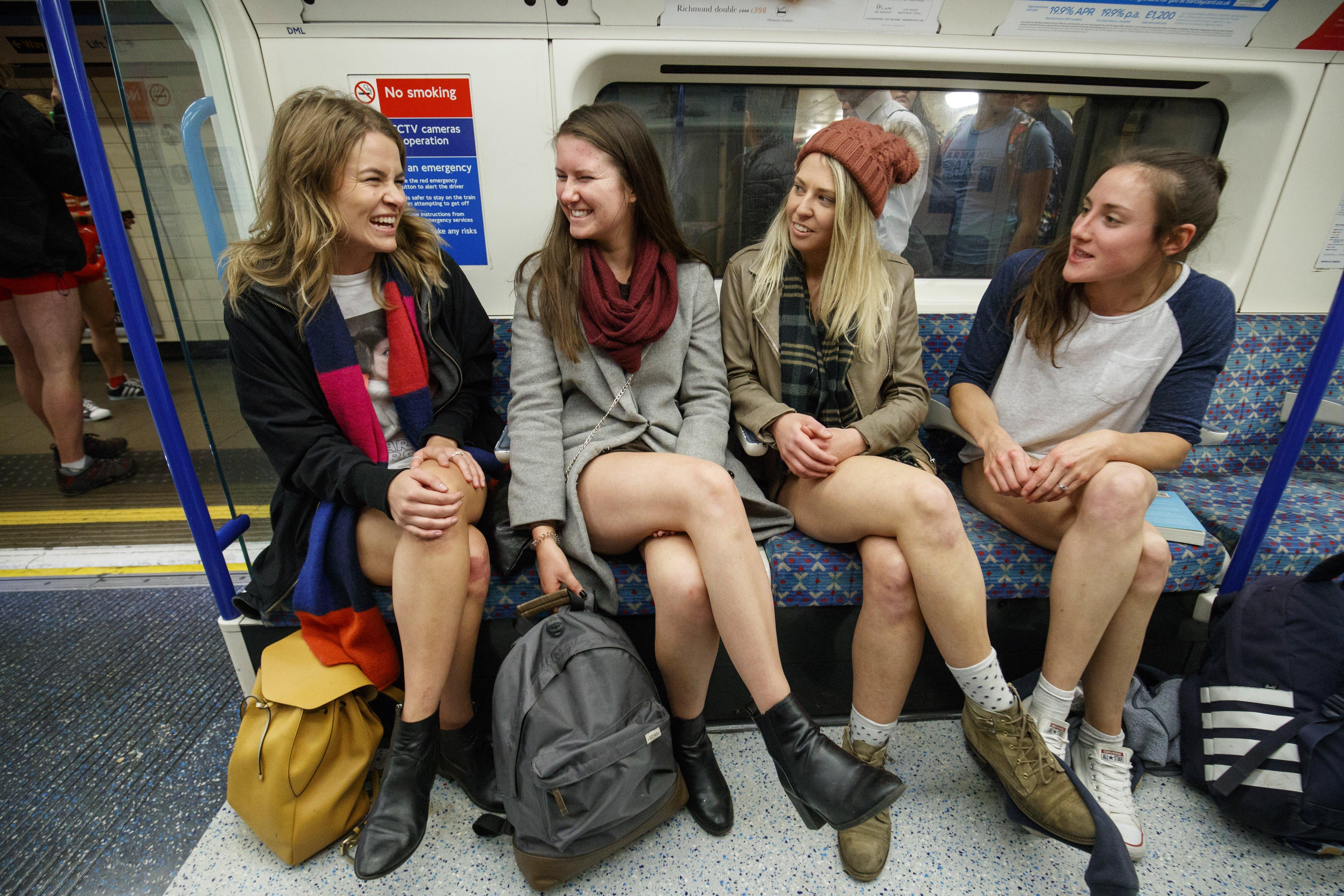 «Ημέρα χωρίς παντελόνι» στο μετρό Λονδίνου και Πράγας [Εικόνες]