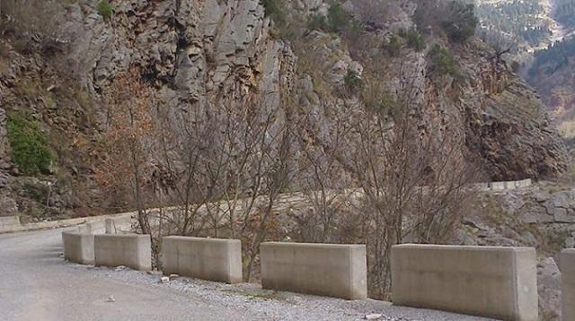 Έπεσε βράχος σε αυτοκίνητο στα ορεινά των Τρικάλων