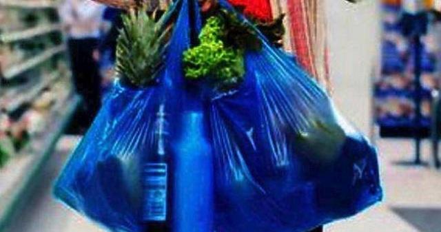 Αρκετοί Βολιώτες ψωνίζουν σε μάρκετ με σακούλες που φέρνουν από το σπίτι