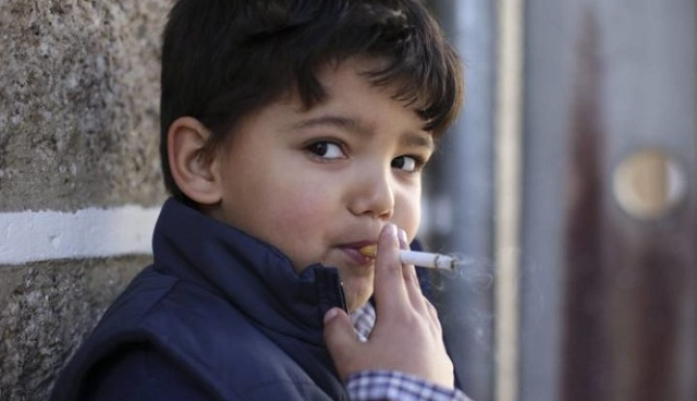 Σε ένα χωριό ενθαρρύνουν τα παιδιά να καπνίζουν στα Θεοφάνεια!