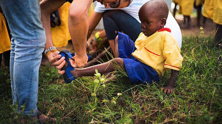 «Το παπούτσι που μεγαλώνει» για τα φτωχά παιδάκια του πλανήτη