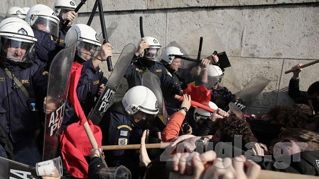 Ενταση και χημικά με διαδηλωτές που πήγαν να μπουν στη Βουλή [βίντεο]