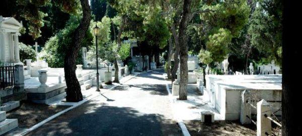 «Ντου» του ΣΔΟΕ στα νεκροταφεία της Μεσσηνίας – Στο στόχαστρο οι γυναίκες που ανάβουν τα καντήλια