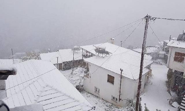 Σφοδρή χιονόπτωση στα ορεινά των Τρικάλων, καταιγίδες στα πεδινά