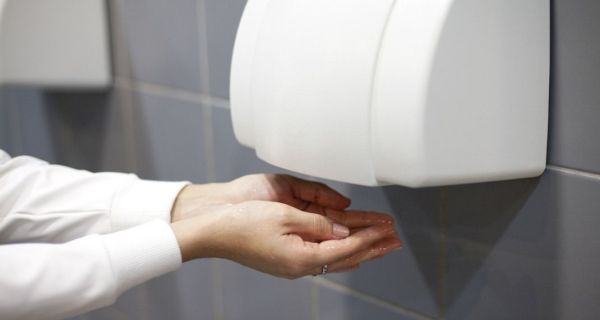 Ο λόγος για τον οποίο δεν είναι καλό να στεγνώνεις τα χέρια σου σε αυτό το μηχάνημα
