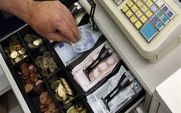Διέρρηξαν κατάστημα και έκλεψαν χρήματα και ποτά