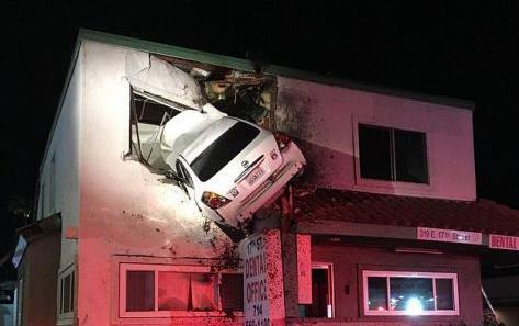 Αυτοκίνητο καρφώνεται στον 1ο όροφο κτιρίου [Βίντεο]
