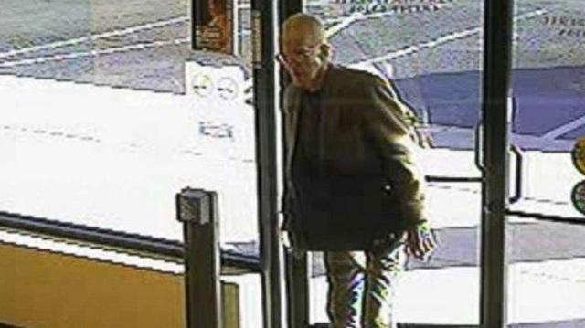 Ληστής ετών… 80: Μπήκε στην τράπεζα, πήρε τα χρήματα και έφυγε τρέχοντας