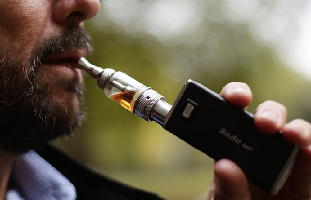 Κατά του ειδικού φόρου κατανάλωσης στα ηλεκτρονικά τσιγάρα η Κομισιόν