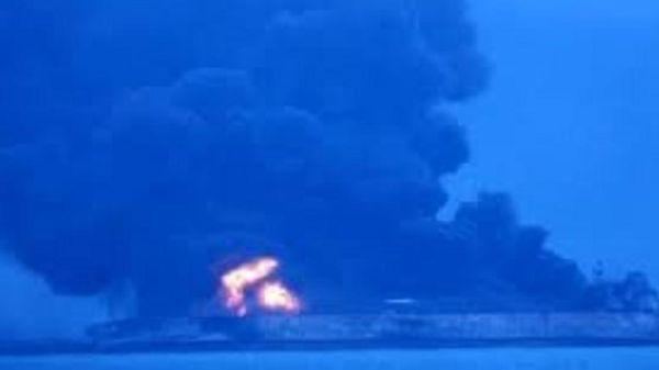 Πετρελαιοκηλίδες χιλιομέτρων από τη βύθιση δεξαμενόπλοιου