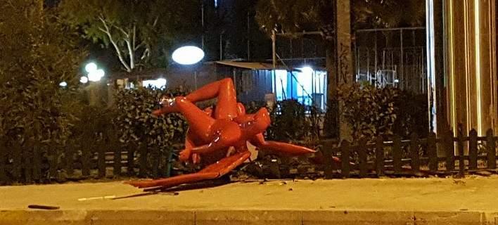 Γκρέμισαν τον κόκκινο άγγελο στο Π. Φάληρο [εικόνες]
