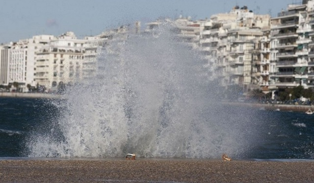 Οι δυνατοί άνεμοι ξήλωσαν στέγη νηπιαγωγείου στη Θεσσαλονίκη [βίντεο]