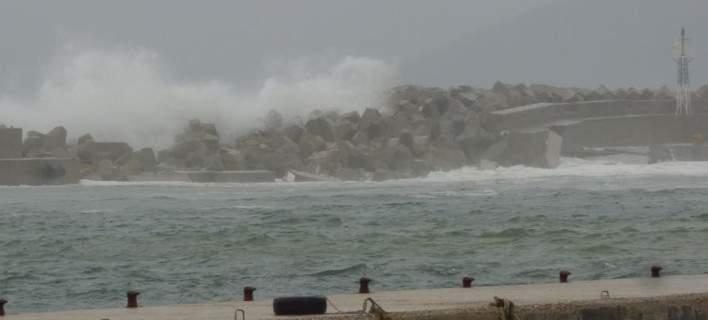 Διαλύθηκε το λιμάνι της Ικαρίας από τους ισχυρούς ανέμους [εικόνες]