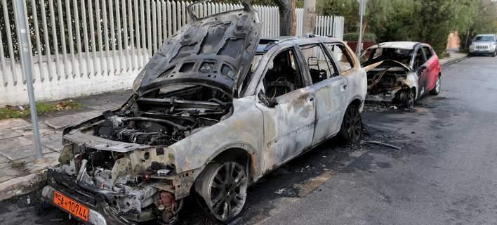 Εκαψαν τρία οχήματα στη Φιλοθέη κοντά στην πρεσβεία της Ουκρανίας [εικόνες]
