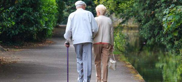 Οι γηραιότεροι νιόπαντροι της Βρετανίας: 81 ετών η νύφη, 90 χρονών ο γαμπρός