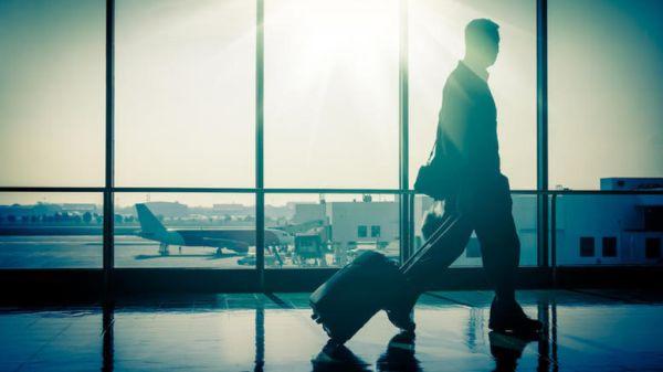 Το απόλυτο κόλπο για να παίρνετε πρώτος τη βαλίτσα σας στο αεροδρόμιο