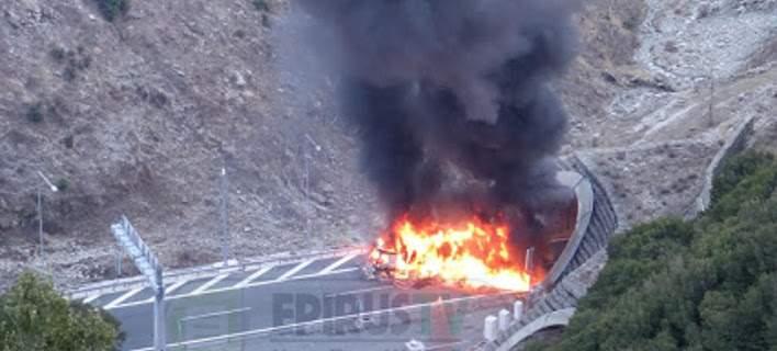 Νταλίκα τυλίχθηκε στις φλόγες στην Εγνατία οδό [εικόνες]