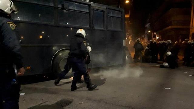 Επεισόδια στην Αν. Θεσσαλονίκη: Συγκρούσεις αντιεξουσιαστών και ΜΑΤ [βίντεο]