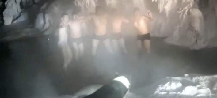 Βουτιά στους -50 βαθμούς: Τουρίστες αψηφούν το κρύο στο πιο παγωμένο χωριό του κόσμου
