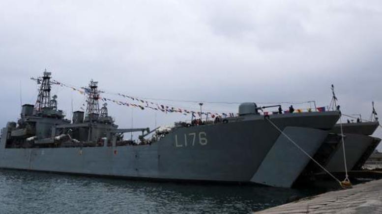 Συγκρούστηκε το αρματαγωγό «Λέσβος». Ρήγμα δύο μέτρων