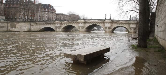Συναγερμός στο Παρίσι για πιθανή υπερχείλιση του Σηκουάνα. Σταματούν τα τρένα [εικόνες]