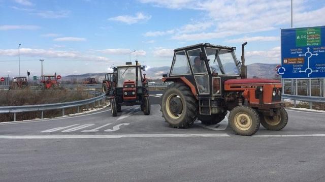 Μπλόκο αγροτών στον κόμβο εισόδου στον Ε-65 [εικόνες]