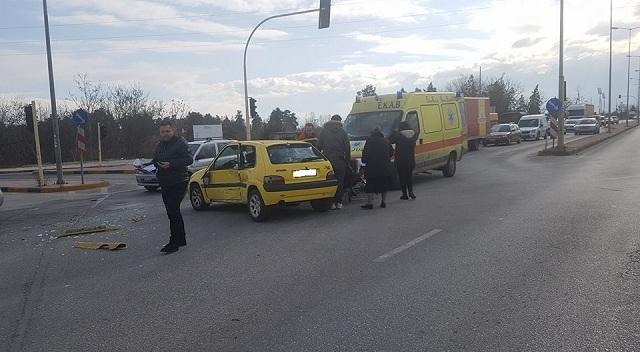 Σφοδρή σύγκρουση αυτοκινήτων στη Λάρισα [εικόνες]