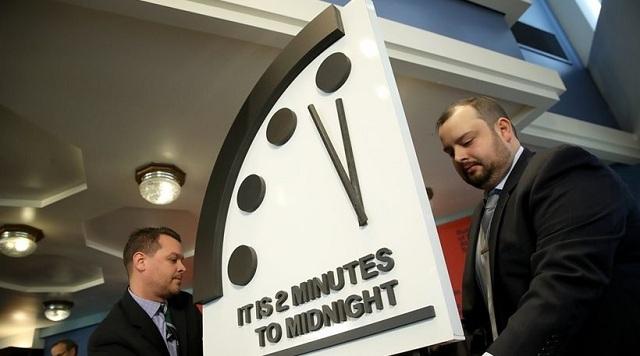 Έρχεται το... τέλος: Το Ρολόι της Αποκάλυψης έδειξε δύο λεπτά πριν τα μεσάνυχτα