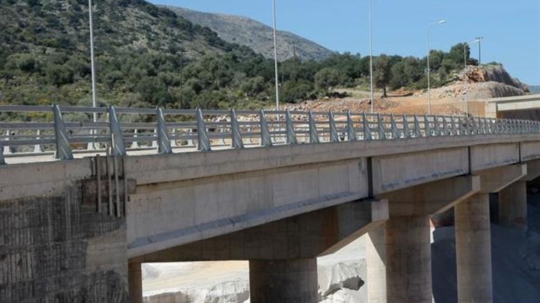 «Βουτιά» στο κενό από γέφυρα για 16χρονη στα Χανιά