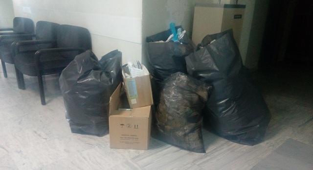 Σκουπίδια... σε κοινή θέα στο ΠΕΔΥ Βόλου