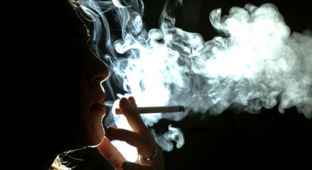 Νέα εγκύκλιος: «Βαριά» πρόστιμα σε όσους καπνίζουν με παιδιά στο αυτοκίνητο