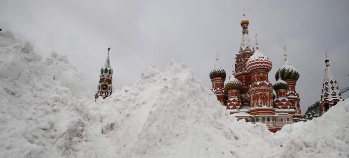 «Χιονοθύελλα του αιώνα» στη Μόσχα, τεράστιοι όγκοι χιονιού [εικόνες-βίντεο]