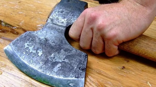 Εισαγγελική έρευνα για την επίθεση με τσεκούρι για ένα κούτσουρο