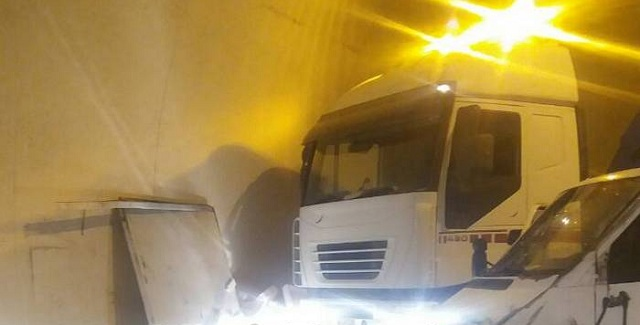 Τροχαίο στην εθνική οδό Αθηνών- Λαμίας: Η σήραγγα γέμισε γαύρο [photos]