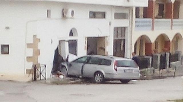 Γκρέμισε τον τοίχο και μπήκε σε κουζίνα ... με το αυτοκίνητο! [photo]