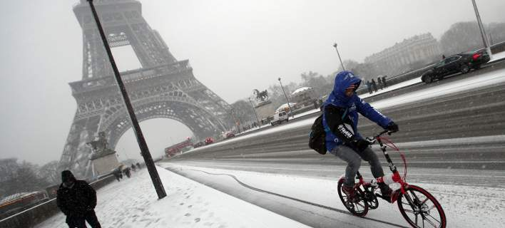 Παραμένει παγωμένος ο Πύργος του Αϊφελ: απαγορεύεται να του ρίξουν αλάτι [εικόνες-βίντεο]