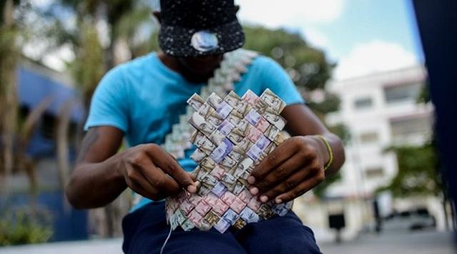 Στη Βενεζουέλα πλέκουν... καλάθια με χαρτονομίσματα λόγω της υποτίμησης