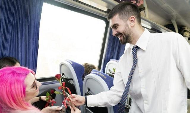 Ρομαντική ατμόσφαιρα στα βαγόνια της ΤΡΑΙΝΟΣΕ: Μοίρασαν τριαντάφυλλα και σοκολατάκια [εικόνες]